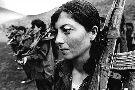 Γυναίκες στα όπλα: οι Ζαπατίστας και οι Κούρδοι της Ροχάβα Διαμορφώνουν μια Νέα Πολιτική για το Φύλο