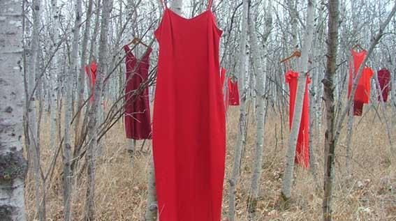The REDress Project: ένα έργο για τις εξαφανισμένες ή δολοφονημένες αυτόχθονες γυναίκες του Καναδά